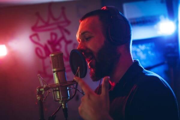 Rapero cantando en estudio de grabación de rap